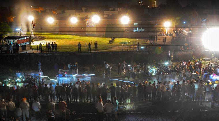 Thi thể nạn nhân la liệt sau vụ tàu hỏa cán qua đám đông ở Ấn Độ-1