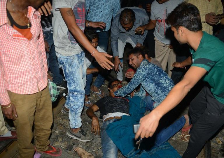 Thi thể nạn nhân la liệt sau vụ tàu hỏa cán qua đám đông ở Ấn Độ-2