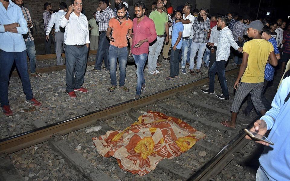Thi thể nạn nhân la liệt sau vụ tàu hỏa cán qua đám đông ở Ấn Độ-3
