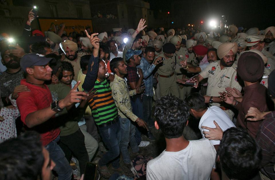 Thi thể nạn nhân la liệt sau vụ tàu hỏa cán qua đám đông ở Ấn Độ-4