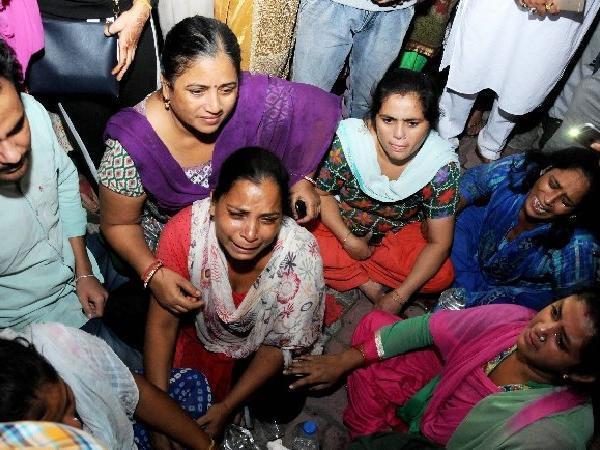 Thi thể nạn nhân la liệt sau vụ tàu hỏa cán qua đám đông ở Ấn Độ-5