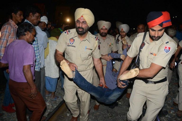 Thi thể nạn nhân la liệt sau vụ tàu hỏa cán qua đám đông ở Ấn Độ-6
