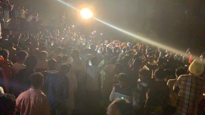 Thi thể nạn nhân la liệt sau vụ tàu hỏa cán qua đám đông ở Ấn Độ-8