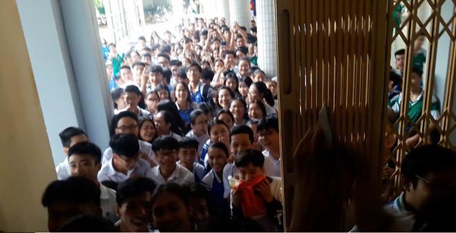 Cả trường vây kín nhà vệ sinh xem nam sinh Đà Nẵng tỏ tình dịp 20/10-1