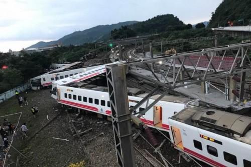 Đài Loan: Tàu trật khỏi đường ray, hơn 100 người thương vong-1
