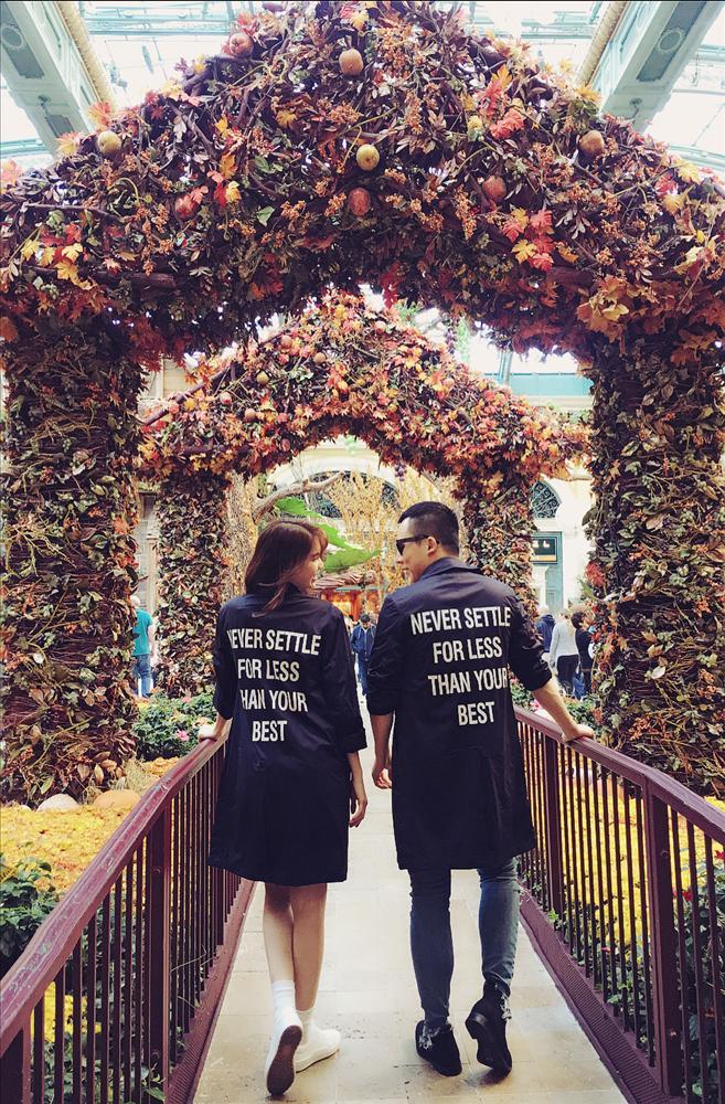 Suốt ngày diện đồ đôi tình tứ, showbiz Việt có ai thân thiết như cặp ông bầu Vũ Khắc Tiệp - gà cưng Ngọc Trinh-7