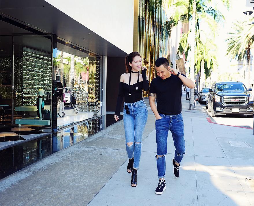 Suốt ngày diện đồ đôi tình tứ, showbiz Việt có ai thân thiết như cặp ông bầu Vũ Khắc Tiệp - gà cưng Ngọc Trinh-9