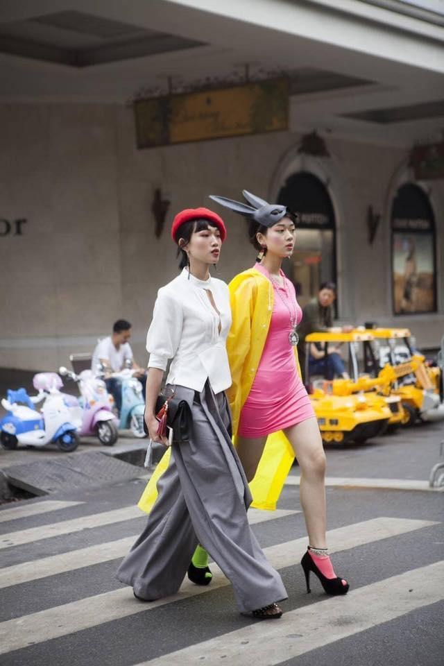 Giới trẻ chào sân Vietnam International Fashion Week bằng loạt street style không thể ĐỘC DỊ hơn-3