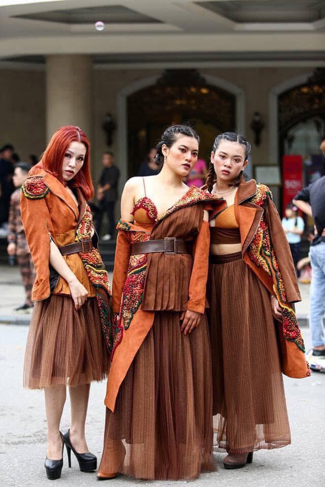 Giới trẻ chào sân Vietnam International Fashion Week bằng loạt street style không thể ĐỘC DỊ hơn-9