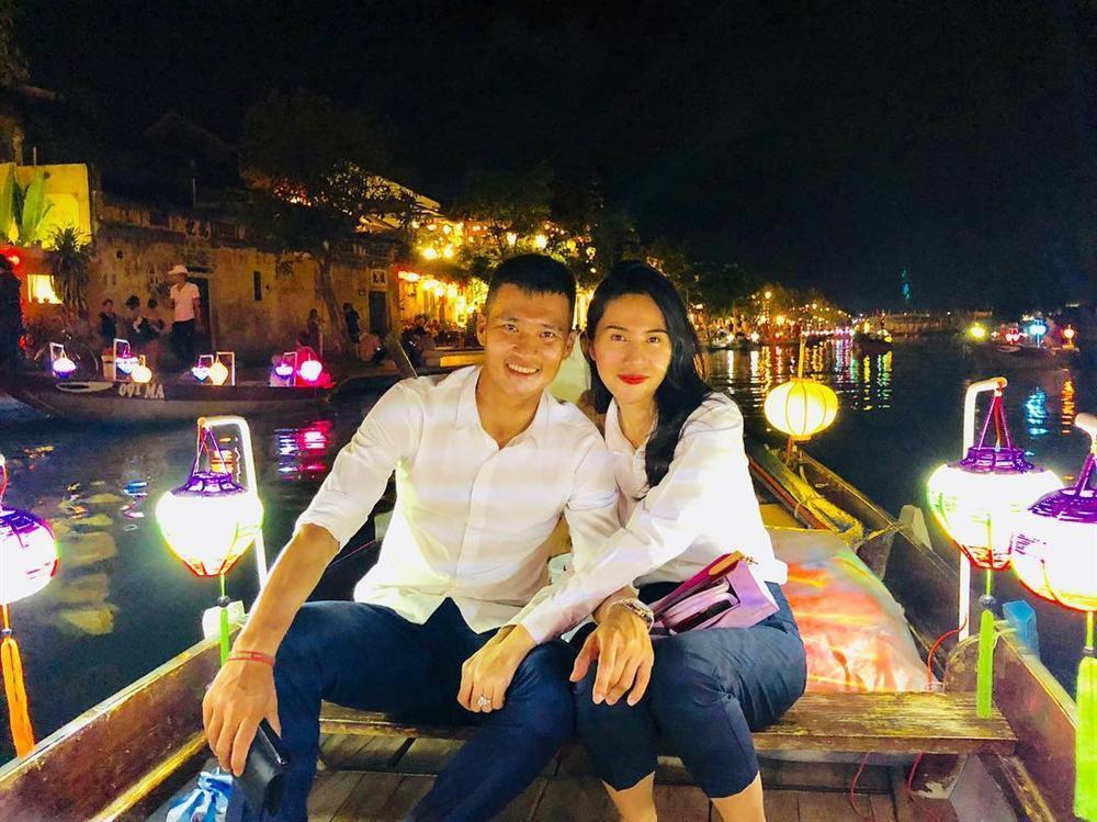 Thủy Tiên thư giãn ngắm phố cổ Hội An về đêm cùng ông xã Công Vinh-1