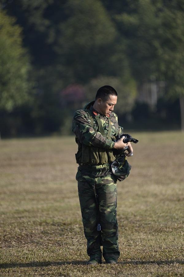 Đang giờ học trong quân ngũ, Tim lẩm bẩm hát Em gái mưa khiến người xem không nhịn nổi cười-1