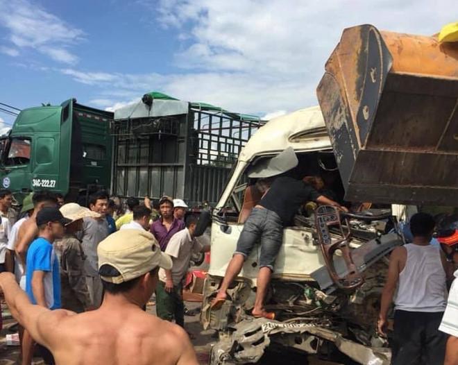 Xe đầu kéo tông trực diện xe khách, 10 người bị thương-2
