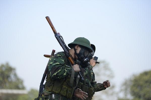 Đang giờ học trong quân ngũ, Tim lẩm bẩm hát Em gái mưa khiến người xem không nhịn nổi cười-7