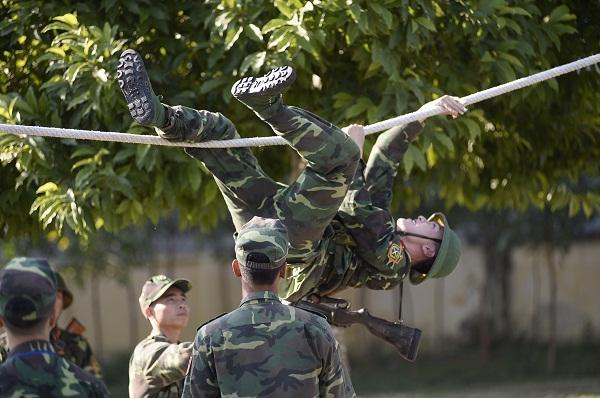 Đang giờ học trong quân ngũ, Tim lẩm bẩm hát Em gái mưa khiến người xem không nhịn nổi cười-8