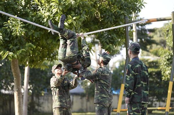 Đang giờ học trong quân ngũ, Tim lẩm bẩm hát Em gái mưa khiến người xem không nhịn nổi cười-9