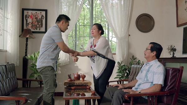 Gạo nếp gạo tẻ tập 73: Bà Mai khóc hết nước mắt tha thiết cầu xin Kiệt đừng ly hôn Hân-4