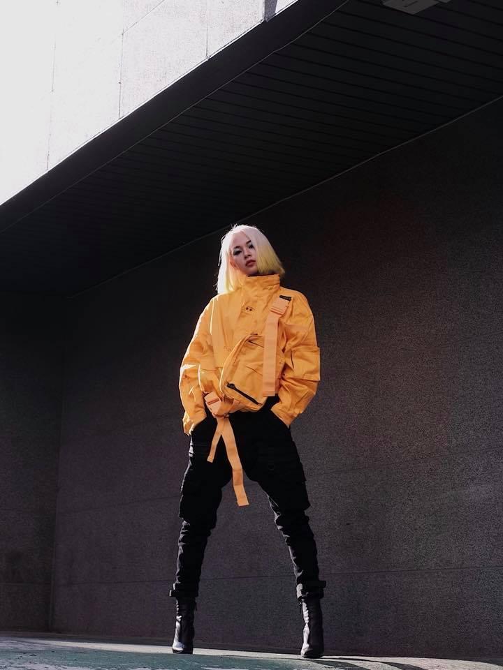 Gil Lê - Phí Phương Anh khoe streetwear cực chất ở SFW - Thúy Vi vẫn trung thành với style phô da thịt-3