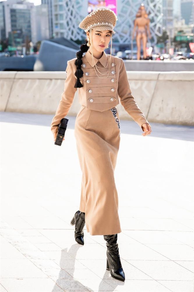 Gil Lê - Phí Phương Anh khoe streetwear cực chất ở SFW - Thúy Vi vẫn trung thành với style phô da thịt-2