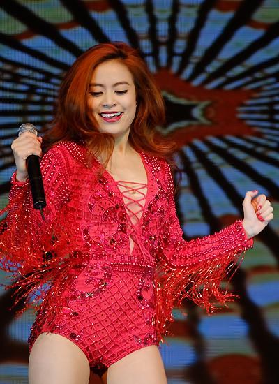 Trước khi mặc váy xuyên thấu náo loạn thảm đỏ, Hoàng Thùy Linh từng nhiều lần gây shock hơn thế-11