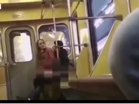 Đôi nam nữ gây shock với cảnh giường chiếu phản cảm ngay trên tàu điện dù biết có người đang quay clip