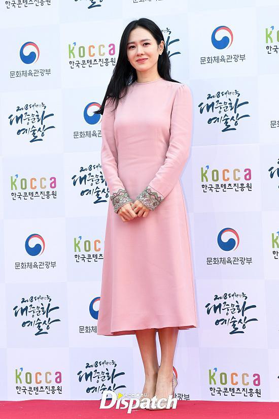 Tình đầu quốc dân Son Ye Jin khoe lưng trần quyến rũ trên thảm đỏ-2