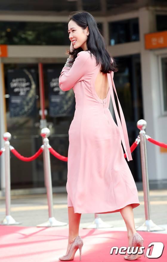 Tình đầu quốc dân Son Ye Jin khoe lưng trần quyến rũ trên thảm đỏ-1
