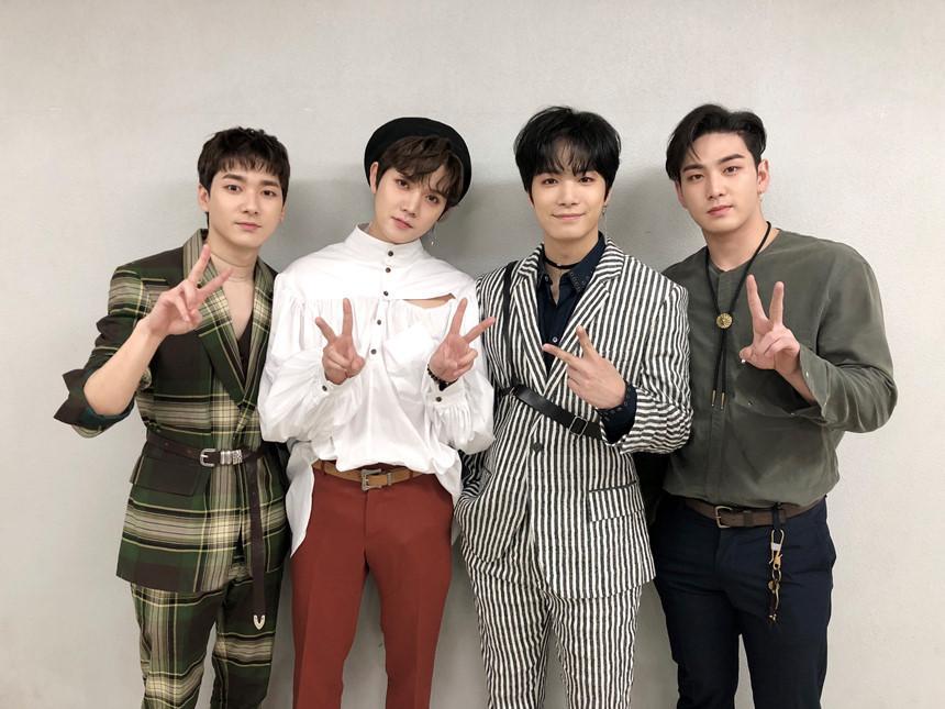 EXO, TWICE và dàn 'quái vật' Kpop chuẩn bị tái xuất trong tháng 11-11