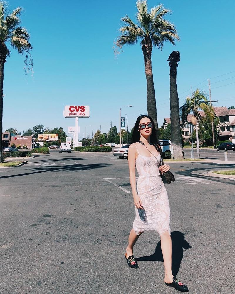 Diva Hồng Nhung U50 vẫn diện bikini khoe dáng nuột nà - Hà Tăng mang giầy há mõm mà sao thần thái đến thế-2