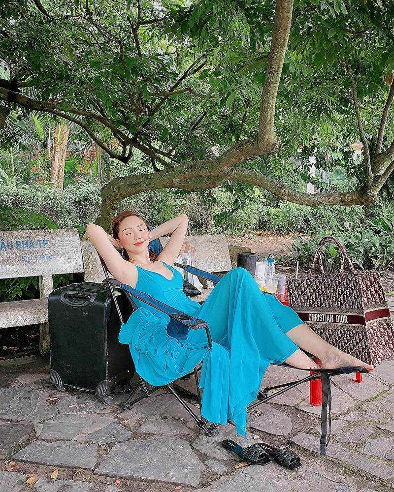 Diva Hồng Nhung U50 vẫn diện bikini khoe dáng nuột nà - Hà Tăng mang giầy há mõm mà sao thần thái đến thế-7