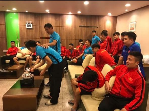 Đoán xem ai là thủ phạm khiến khuôn mặt lão tướng của đội tuyển Việt Nam ngập trong vị ngọt của bánh sinh nhật?-1