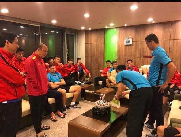Đoán xem ai là thủ phạm khiến khuôn mặt lão tướng của đội tuyển Việt Nam ngập trong vị ngọt của bánh sinh nhật?-2
