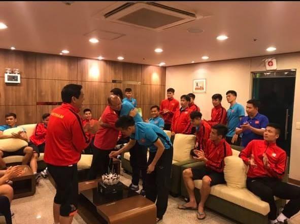 Đoán xem ai là thủ phạm khiến khuôn mặt lão tướng của đội tuyển Việt Nam ngập trong vị ngọt của bánh sinh nhật?-3