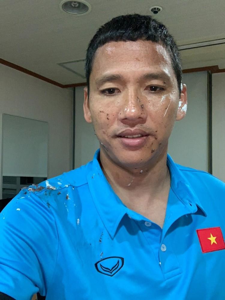 Đoán xem ai là thủ phạm khiến khuôn mặt lão tướng của đội tuyển Việt Nam ngập trong vị ngọt của bánh sinh nhật?-4