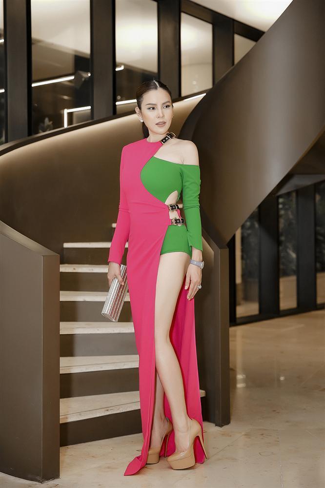 Khả Ngân gặp sự cố váy áo - Minh Tú diện trang phục cắt xẻ táo bạo đứng đầu TOP SAO MẶC XẤU tuần qua-8