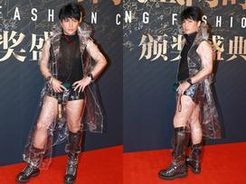 'Nhĩ Thái' Trần Chí Bằng mặc quần lót, áo mưa lên sân khấu
