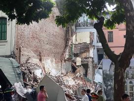 Một ngôi nhà gần Hồ Gươm bất ngờ đổ sập, người phụ nữ bán trà đá thoát chết trong gang tấc
