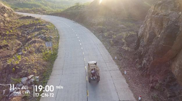 Hậu duệ mặt trời Việt Nam: Song Luân hôn Khả Ngân đắm đuối trên xe rơm-3