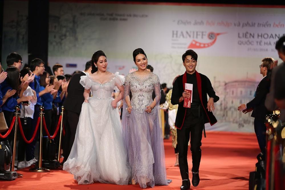Nhật Kim Anh suýt lộ ngực vì vấp ngã trên thảm đỏ LHP quốc tế Hà Nội-1