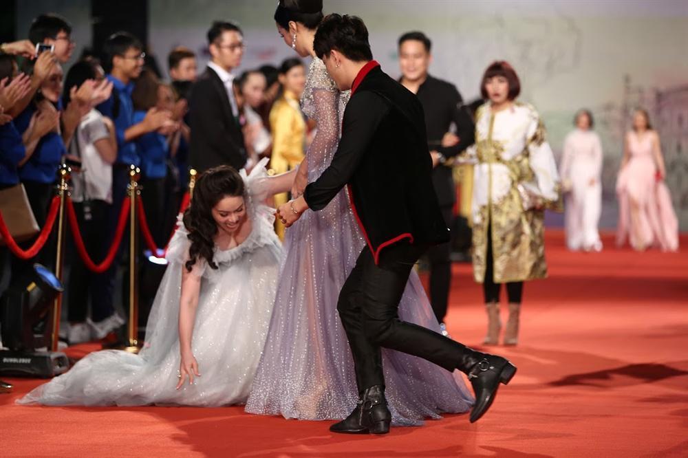 Nhật Kim Anh suýt lộ ngực vì vấp ngã trên thảm đỏ LHP quốc tế Hà Nội-2