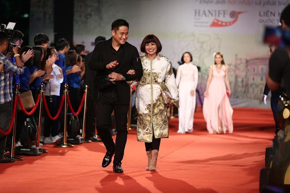 Nhật Kim Anh suýt lộ ngực vì vấp ngã trên thảm đỏ LHP quốc tế Hà Nội-4