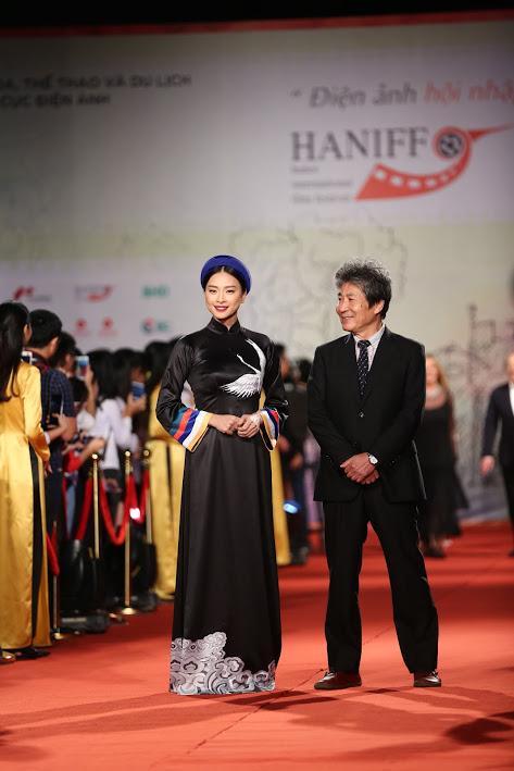 Nhật Kim Anh suýt lộ ngực vì vấp ngã trên thảm đỏ LHP quốc tế Hà Nội-5