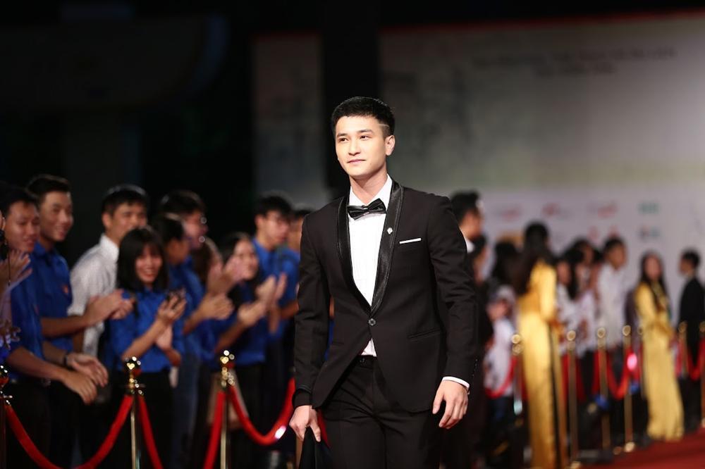 Nhật Kim Anh suýt lộ ngực vì vấp ngã trên thảm đỏ LHP quốc tế Hà Nội-7
