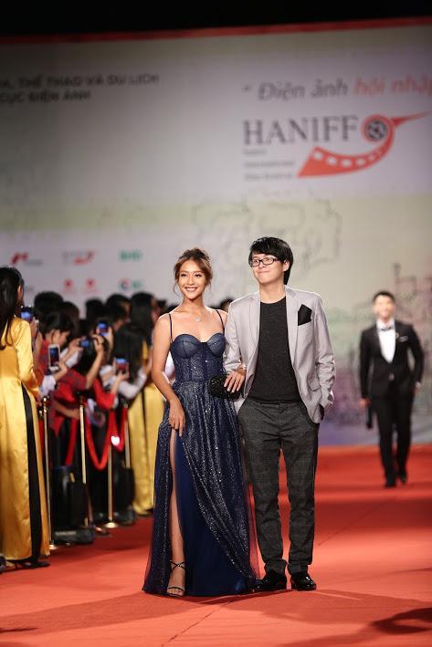 Nhật Kim Anh suýt lộ ngực vì vấp ngã trên thảm đỏ LHP quốc tế Hà Nội-9