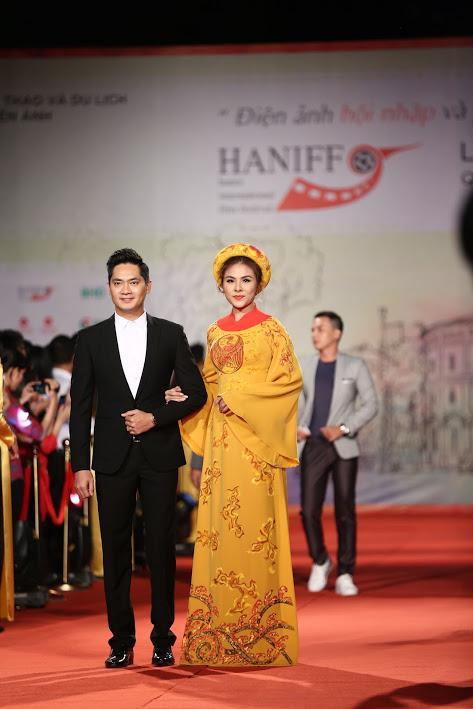 Nhật Kim Anh suýt lộ ngực vì vấp ngã trên thảm đỏ LHP quốc tế Hà Nội-11