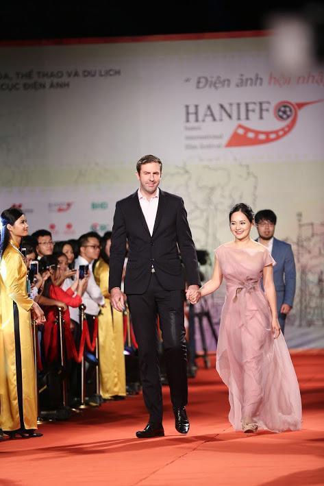 Nhật Kim Anh suýt lộ ngực vì vấp ngã trên thảm đỏ LHP quốc tế Hà Nội-12