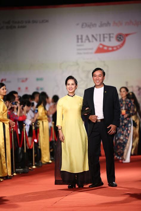 Nhật Kim Anh suýt lộ ngực vì vấp ngã trên thảm đỏ LHP quốc tế Hà Nội-15