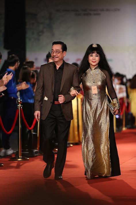 Nhật Kim Anh suýt lộ ngực vì vấp ngã trên thảm đỏ LHP quốc tế Hà Nội-17
