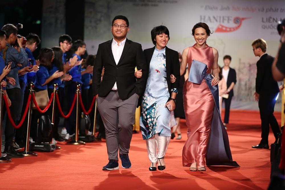 Nhật Kim Anh suýt lộ ngực vì vấp ngã trên thảm đỏ LHP quốc tế Hà Nội-13