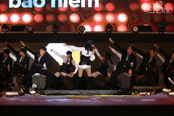 Sơn Tùng M-TP vừa ăn kẹo mút vừa hát, bất ngờ xuống sân khấu phát kẹo cho từng fan-9
