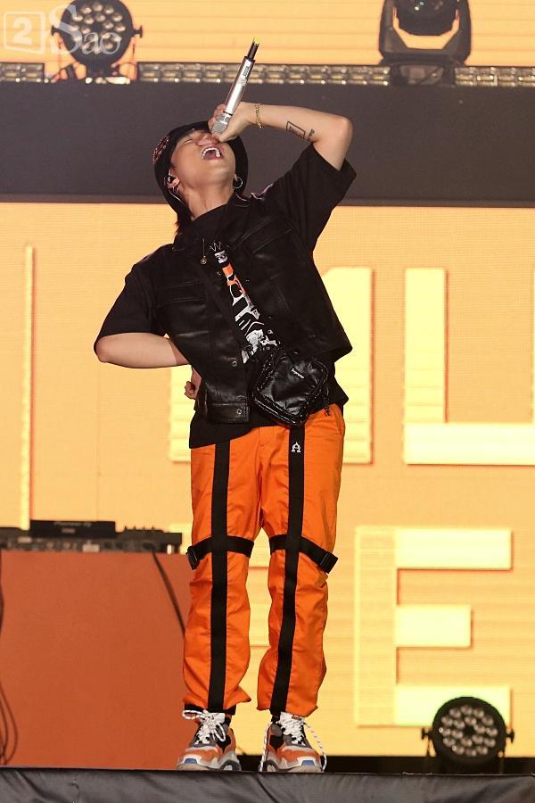 Sơn Tùng M-TP vừa ăn kẹo mút vừa hát, bất ngờ xuống sân khấu phát kẹo cho từng fan-1